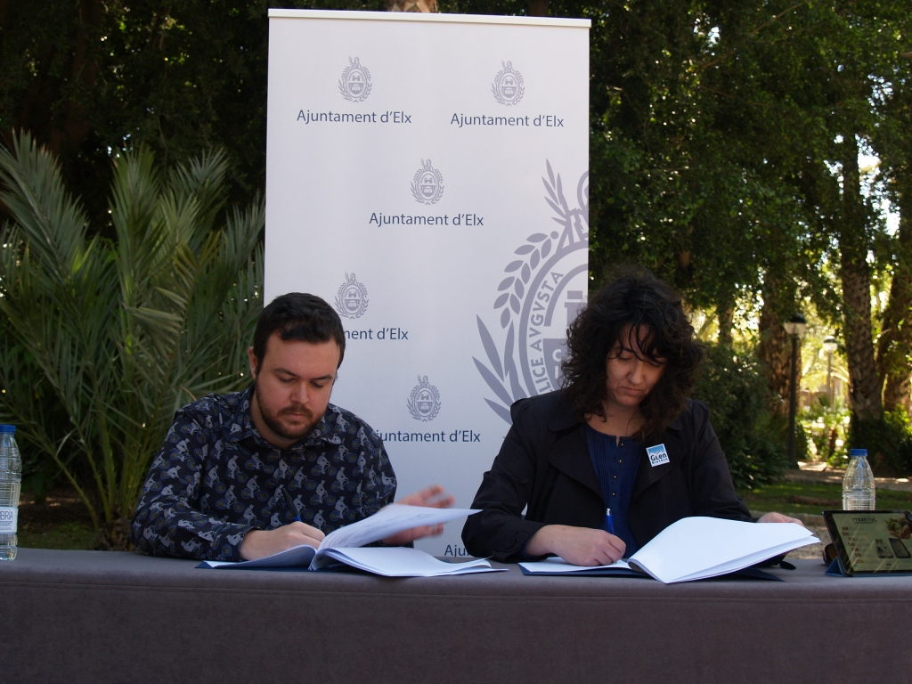 Antonio García, Councillor of the Environment, and Berenice Güerri, CEO of Glen Biotech, have signed the agreement